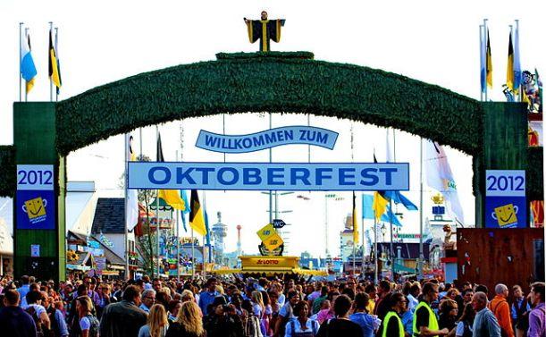 640px-Haupteingang_Oktoberfest_2012